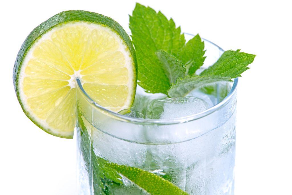 Woda z limonką pomaga w oczyszczaniu organizmu z toksyn. Oczyszczanie-Odchudzanie