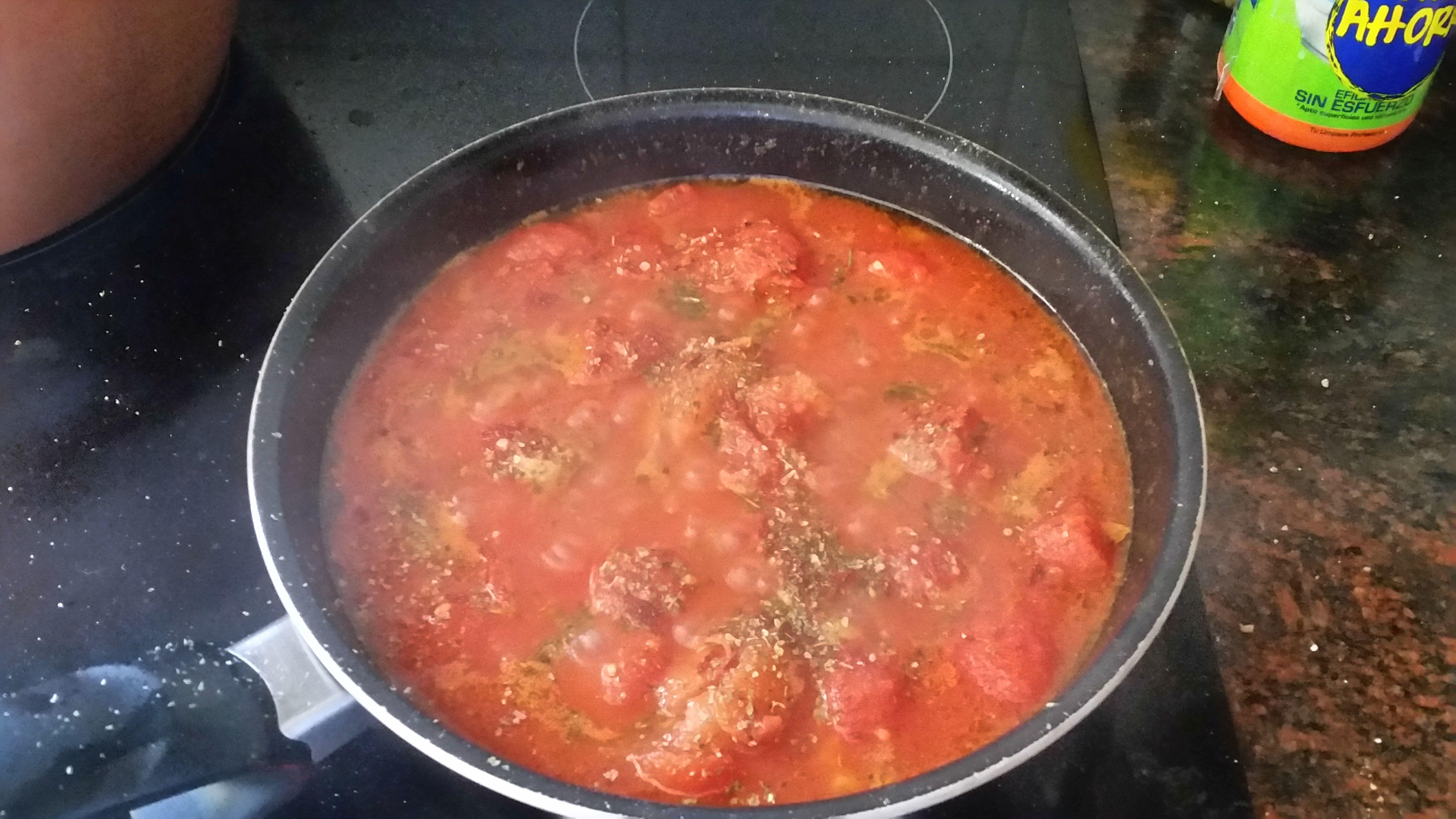 Sos pomidorowo-czosnkowy. Szybki przepis